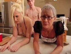 Tiene sexo con su abuela y con su hermana en la cocina