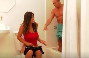 Coincide con su hermana en el baño y acaban follando