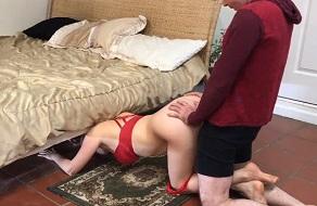 Madre se queda atascada debajo de la cama y la follan