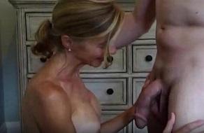 Empieza a manosear a su madre y le acaba metiendo la polla