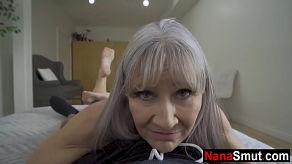 La abuela no perdona la visita de su nieto para follar